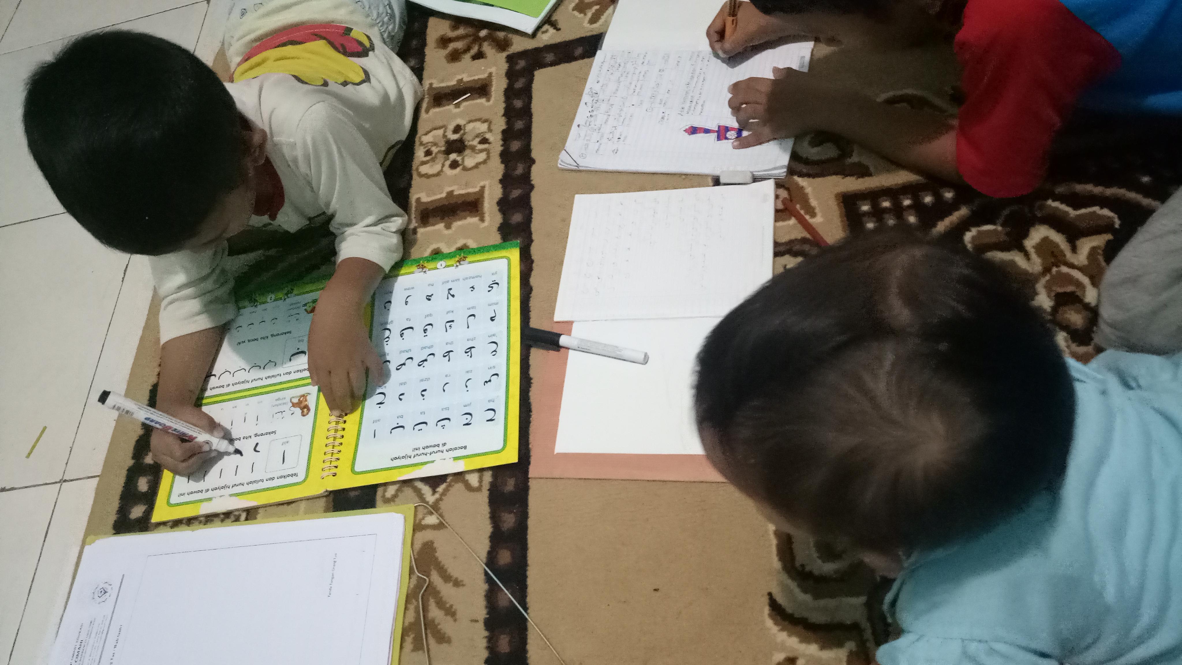Ada 2 cara Azam belajar menulis mengikuti titik titik yang membentuk huruf dan menirukan Keduanya dilakukan Dan kali ini menggunakan bantuan buku hapus